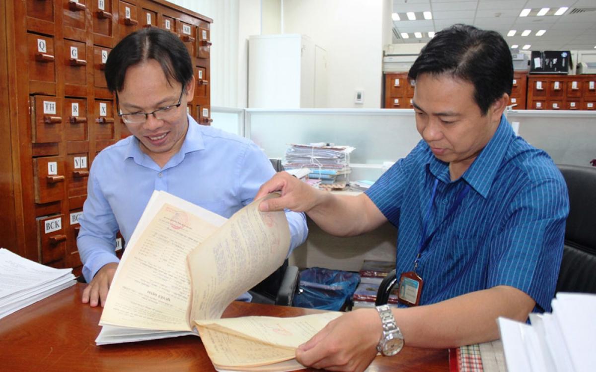 Cán bộ Sở Lao động-Thương binh và Xã hội tỉnh Bình Dương kiểm tra hồ sơ người có công.