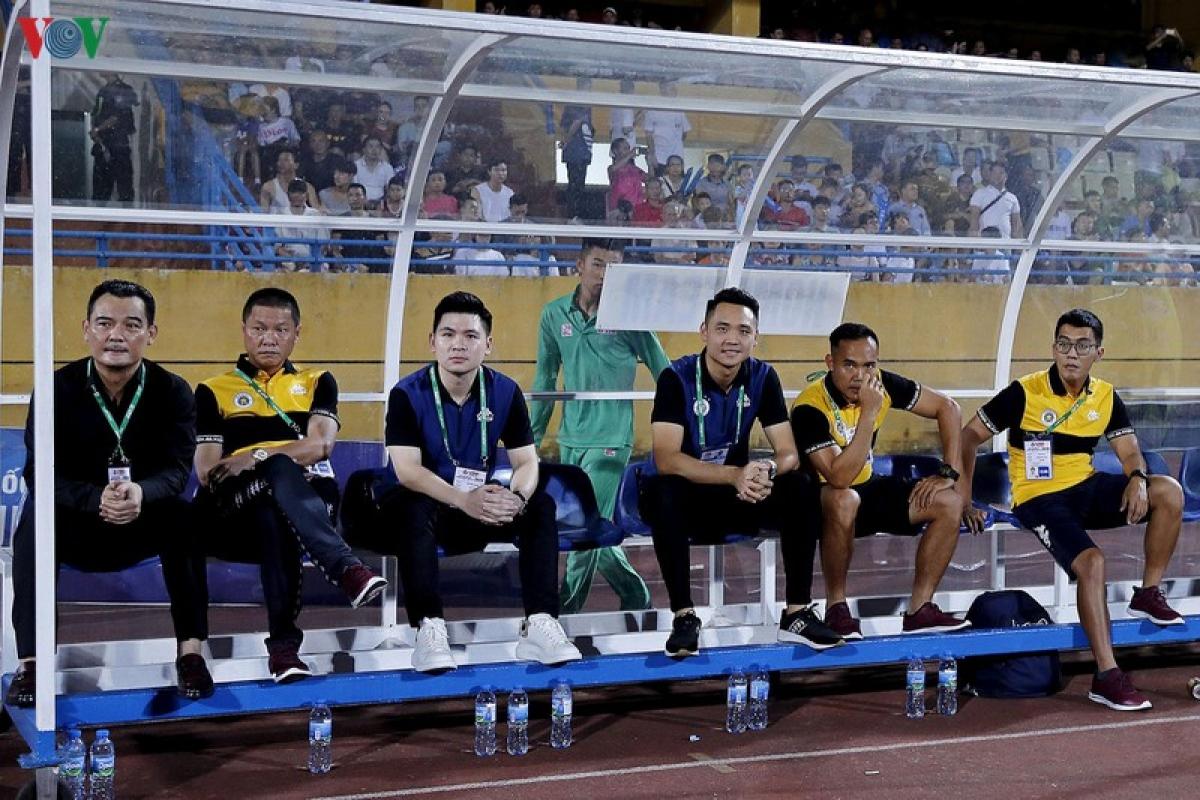 Chủ tịch 9x của Hà Nội FC, Đỗ Vinh Quang (thứ 3 từ trái sang) tiếc nuối khi Văn Hậu không thể tiếp tục gắn bó cùng Heerenveen do CLB Hà Lan gặp khó khăn tài chính vì đại dịch Covid-19.