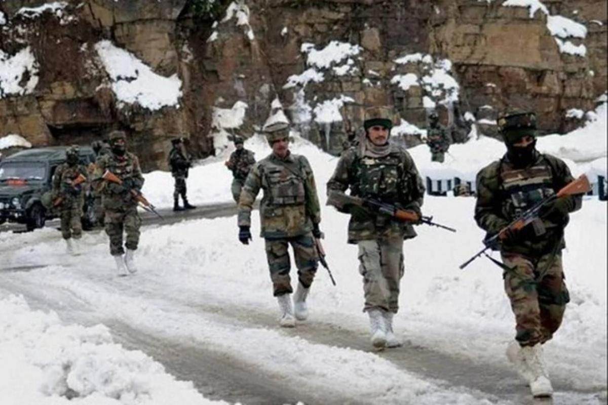 Lính Ấn Độ tuần tra tại một khu vực dọc theo biên giới với Trung Quốc. Ảnh: Chụp màn hình PTI