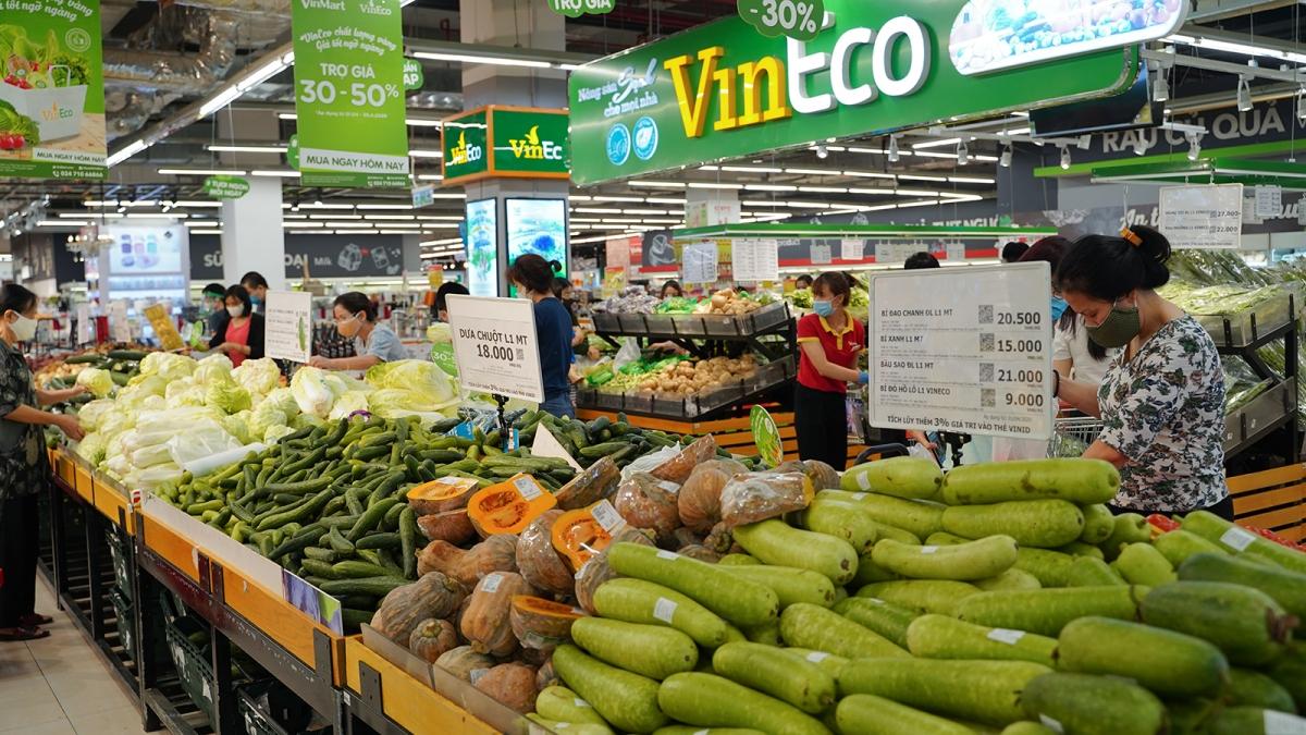 Hệ thống siêu thị VinMart, VinMart+ cung ứng các nhu cầu thiết yếu của người dân trong suốt mùa dịch.JPG