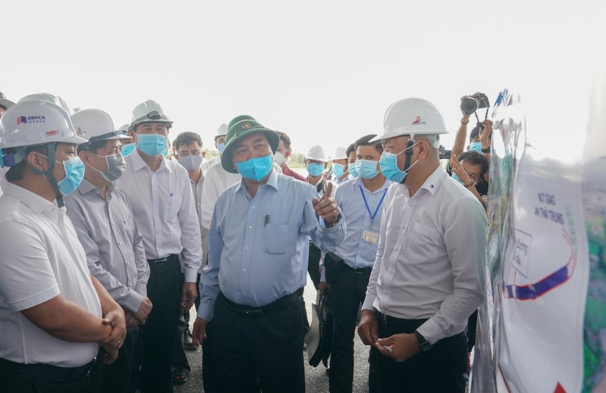 Thủ tướng Nguyễn Xuân Phúc kiểm tra tiến độ thi công BOT Trung Lương-Mỹ Thuận.jpg