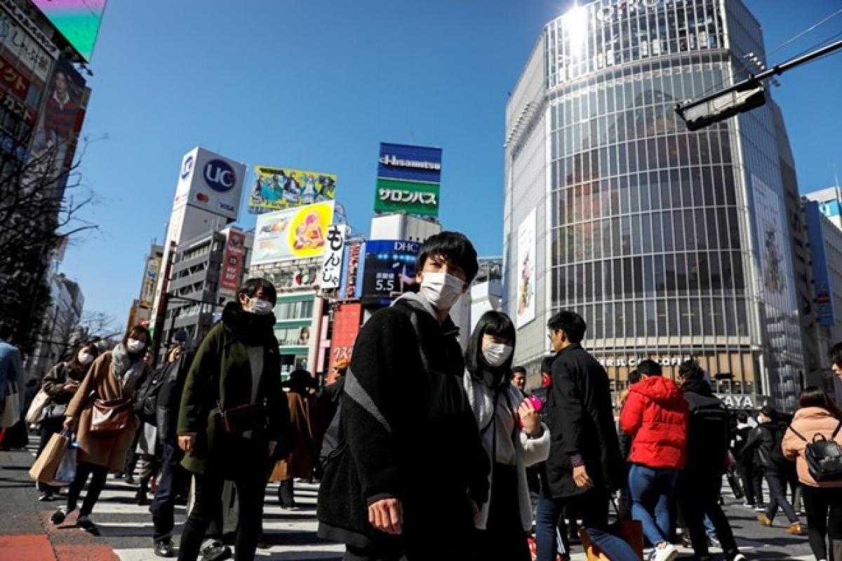 Người dân đeo khẩu trang trên đường phố Tokyo, Nhật Bản. (Ảnh: Reuters).