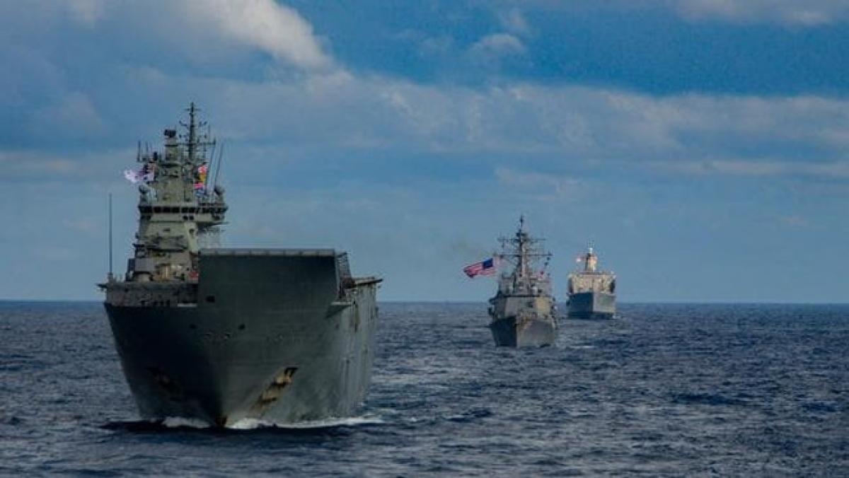 Tàu đổ bộ HMAS Canberra (trước) của Hải quân Australia. Ảnh: Hải quân Australia