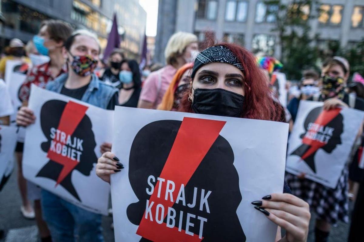 Người dân Ba Lan biểu tình phản đối kế hoạch rút khỏi công ước Istanbul ( Ảnh Independent.co).