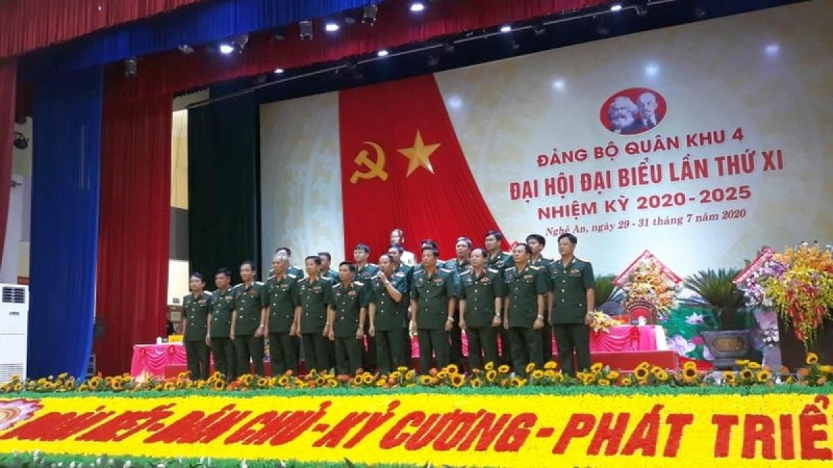 Ban Chấp hành Đảng bộ Quân khu nhiệm kỳ 2020-2025 ra mắt Đại hội.