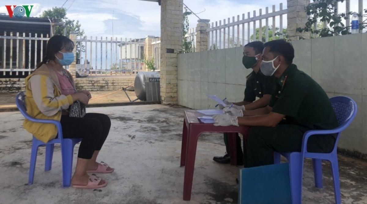 Cán bộ Biên phòng làm việc với đối tượng Trần Thị Linh.