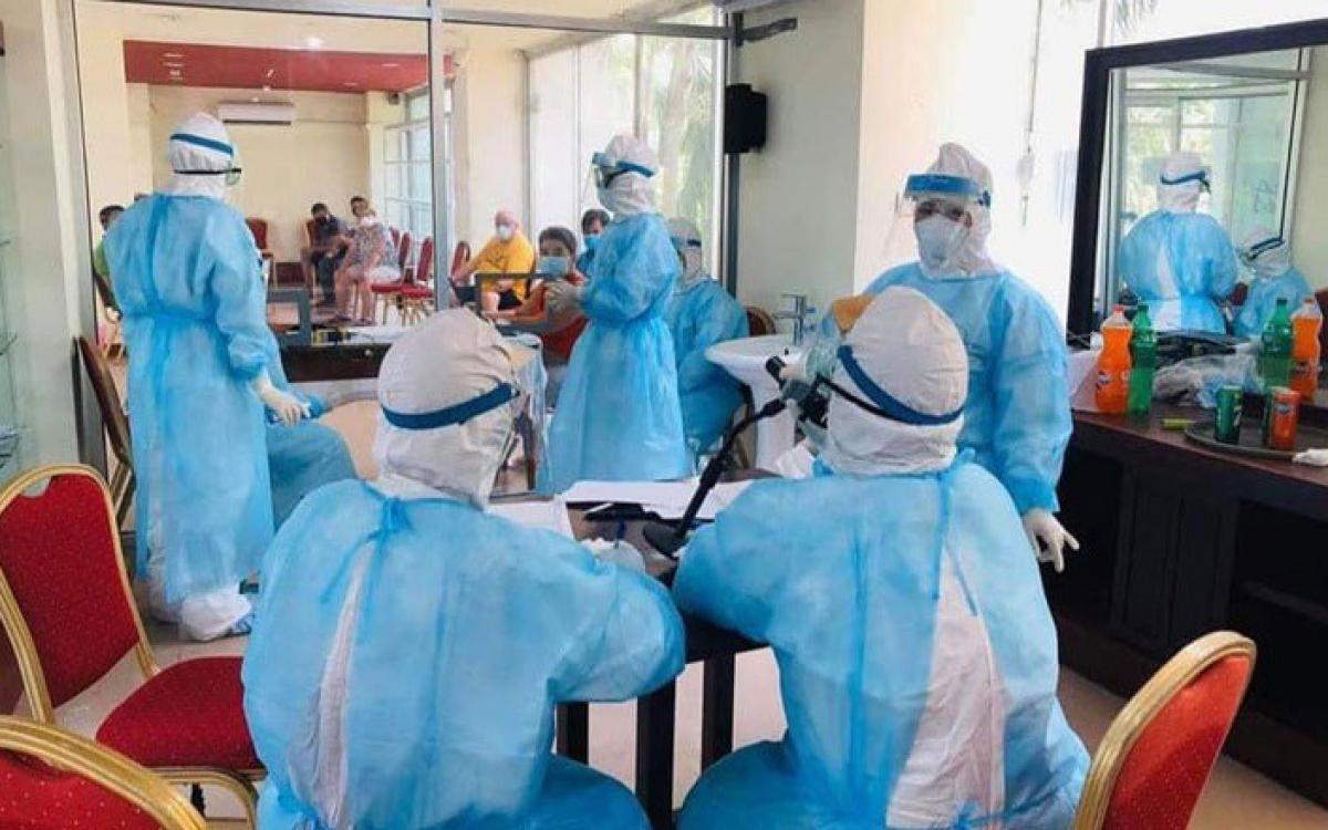 Các bác sĩ Campuchia xét nghiệm Covid-19. Ảnh: Bộ Y tế Campuchia.