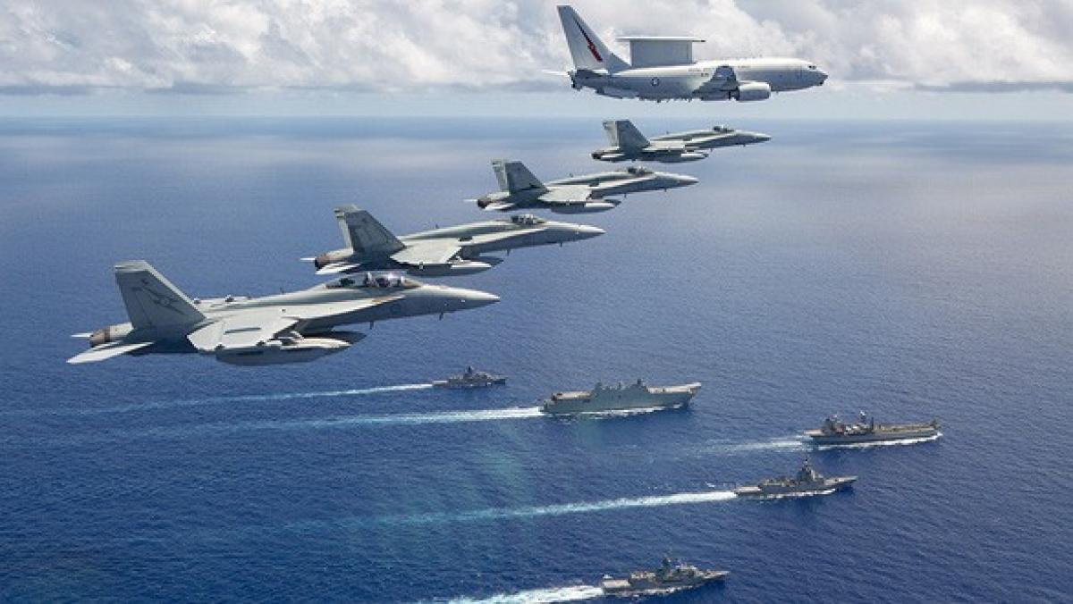 Máy bay chiến đấu và tuần thám của không quân Australia bay qua đội hình nhóm 5 tàu chiến của hải quân Australia trong sứ mệnh đảm bảo sự hiện diện ở Đông Nam Á tháng 7/2020. Ảnh: Bộ Quốc phòng Australia