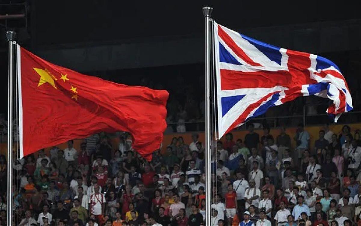 Cờ Trung Quốc và Anh. Ảnh: Telegraph.