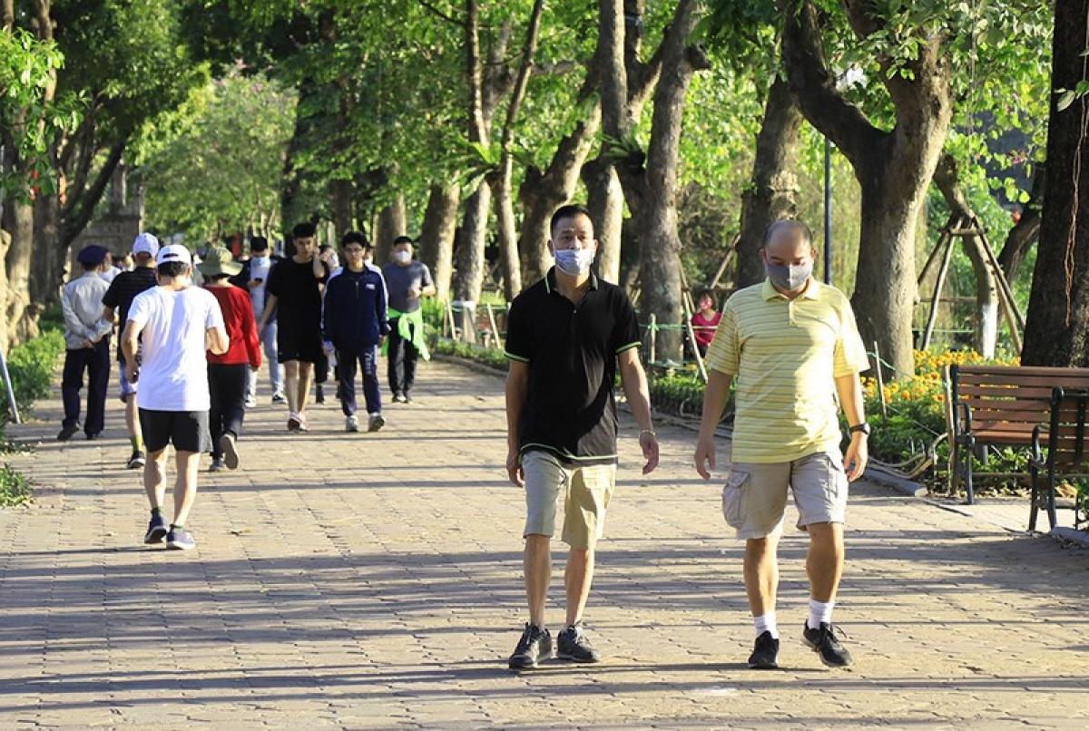 Hà Nội vẫn yêu cầu thực hiện các biện pháp phòng dịch chủ động như đeo khẩu trang nơi công cộng tập trung đông người.
