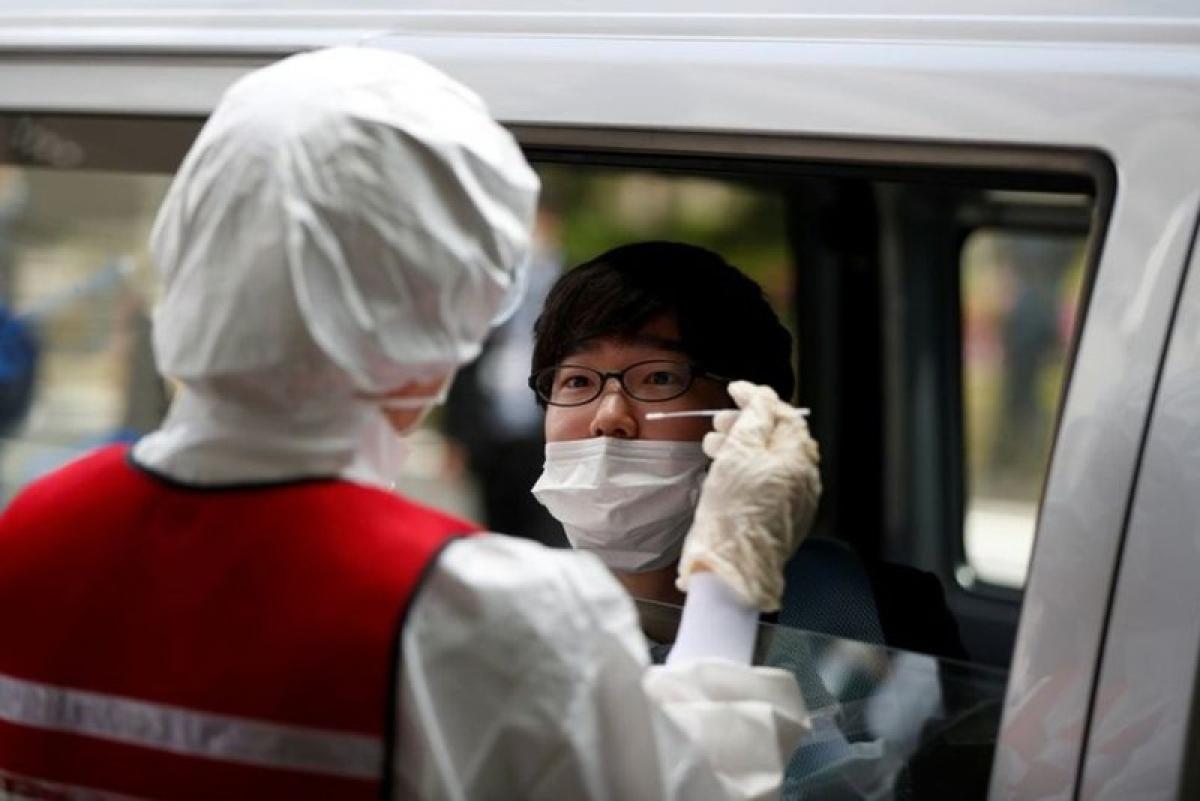 Lấy mẫu xét nghiệm Covid-19 tại Nhật Bản. Ảnh: Reuters.