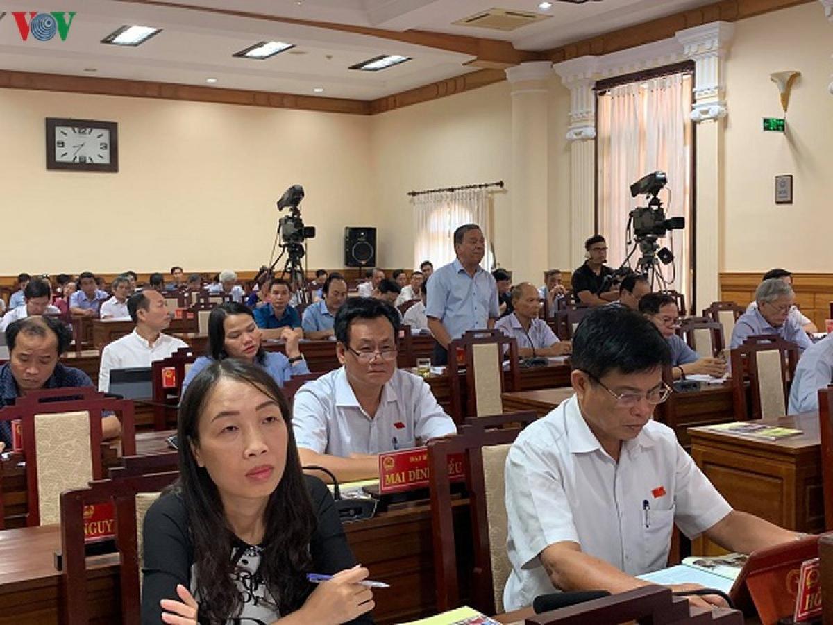 Ông Lê Hữu Minh Quyền Giám đốc Sở du lịch tỉnh Thừa Thiên Huế thông tin tại kỳ họp