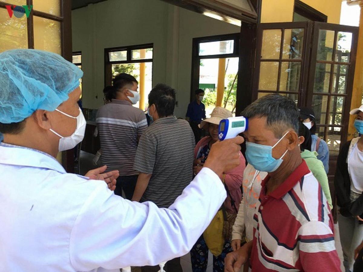 Đo thân nhiệt tại các chốt kiểm dịch y tế của tỉnh Thừa Thiên Huế.