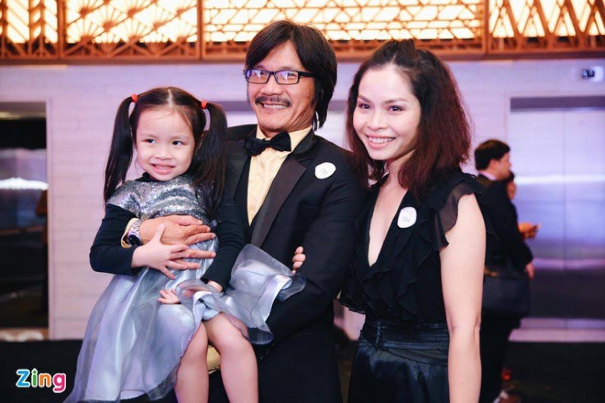 Công Ninh đưa vợ con đi dự sự kiện.