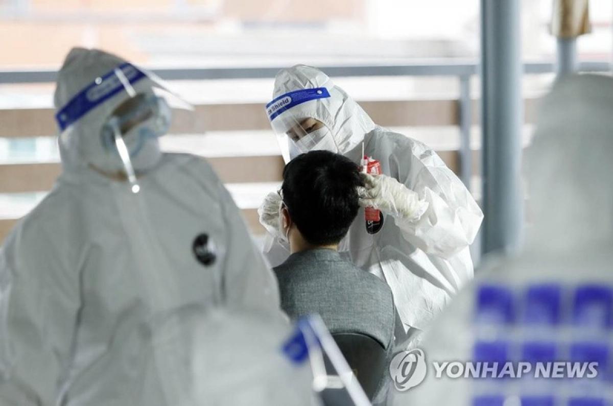 Nhân viên y tế xét nghiệm SARS-CoV-2 cho du khách ở Gwangju, Hàn Quốc hôm 23/7. Ảnh: Yonhap