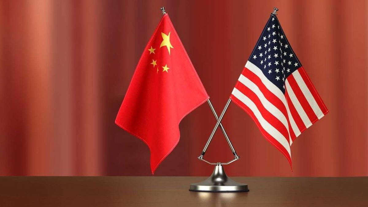 Cờ Trung Quốc và cờ Mỹ. Ảnh: IndustryWeek