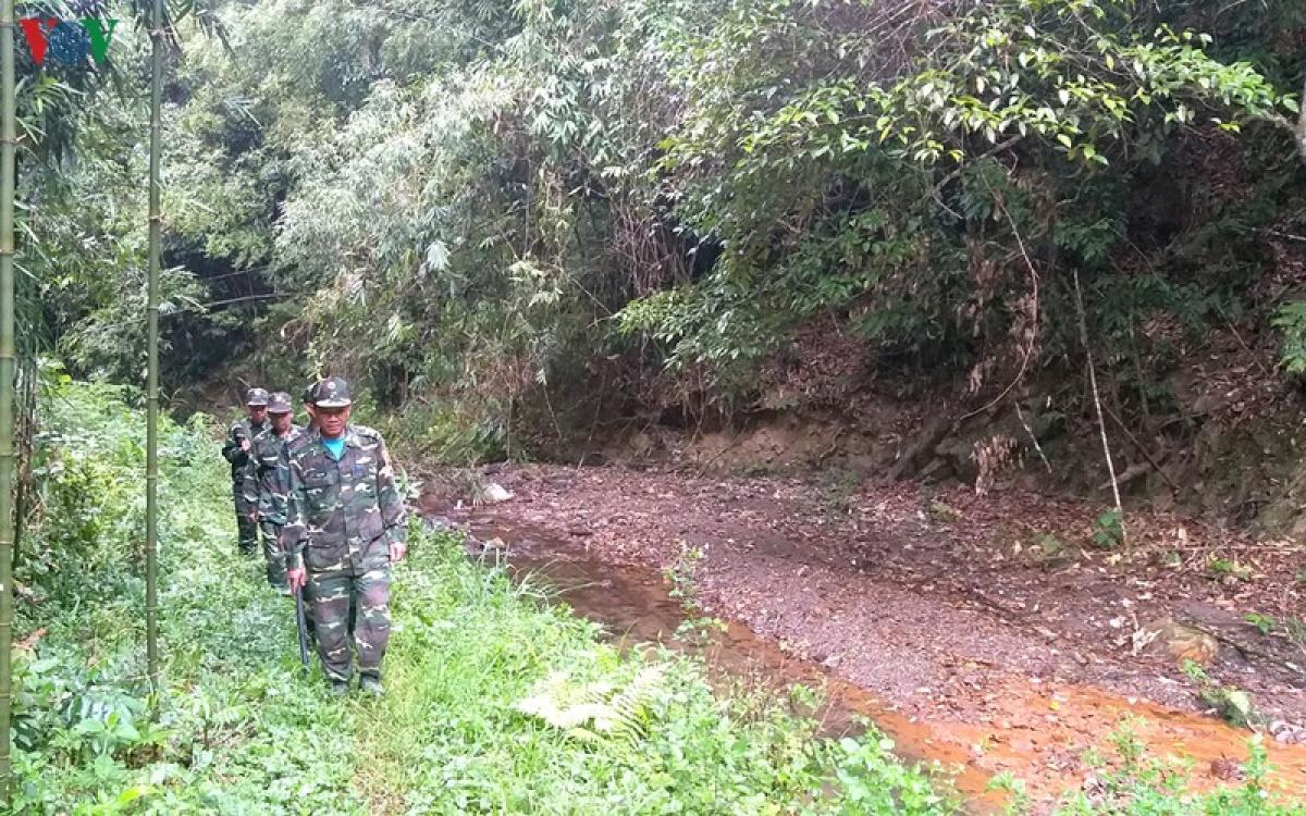 Cán bộ chiến sĩ trên chốt nhận lệnh tuần tra