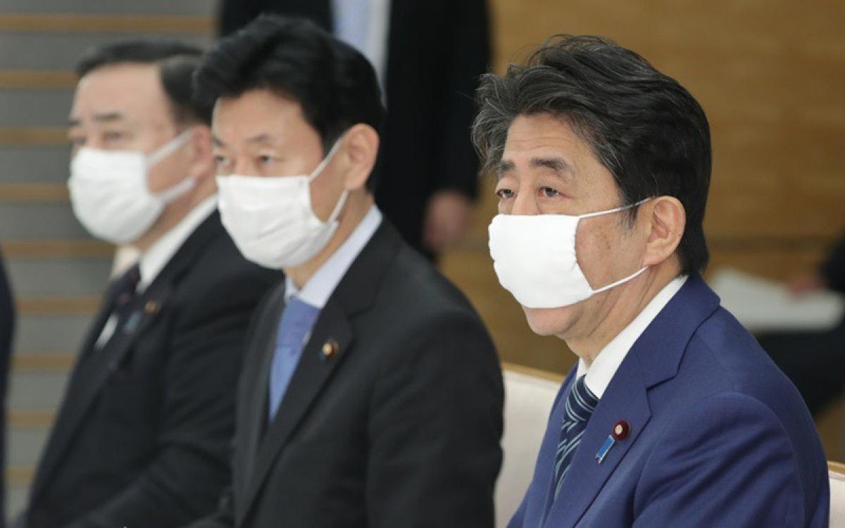 Lãnh đạo Nhật Bản đeo khẩu trang ngừa Covid-19. Ảnh: Reddit.