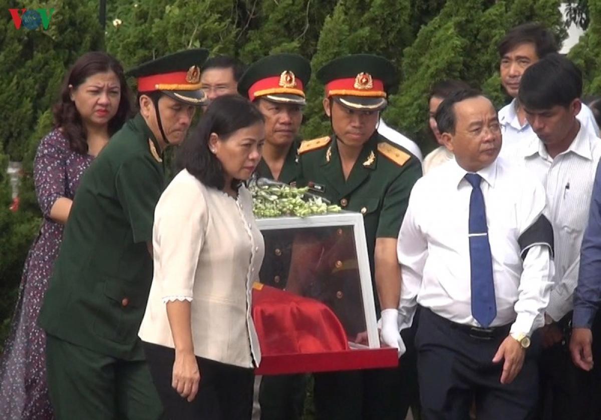 Lãnh đạo thành phố Kon Tum và tỉnh Kon Tum đưa hài cốt các liệt sỹ đến nơi an táng.