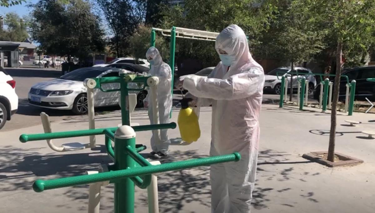 Phun thuốc khử trùng tại các khu dân cư ở Urumqi, Tân Cương. Ảnh: Mạng Sina