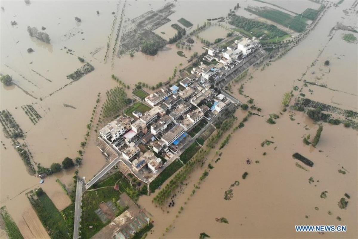 Một ngôi làng bị cô lập trong lũ ở tỉnh An Huy. Ảnh: Tân Hoa Xã.