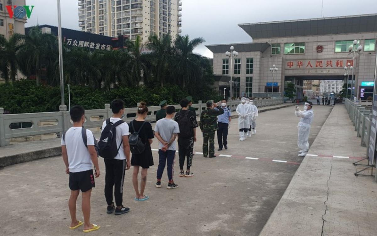 Nhóm người Trung Quốc nhập cảnh trái phép vào Việt Nam được trao trả về nước.