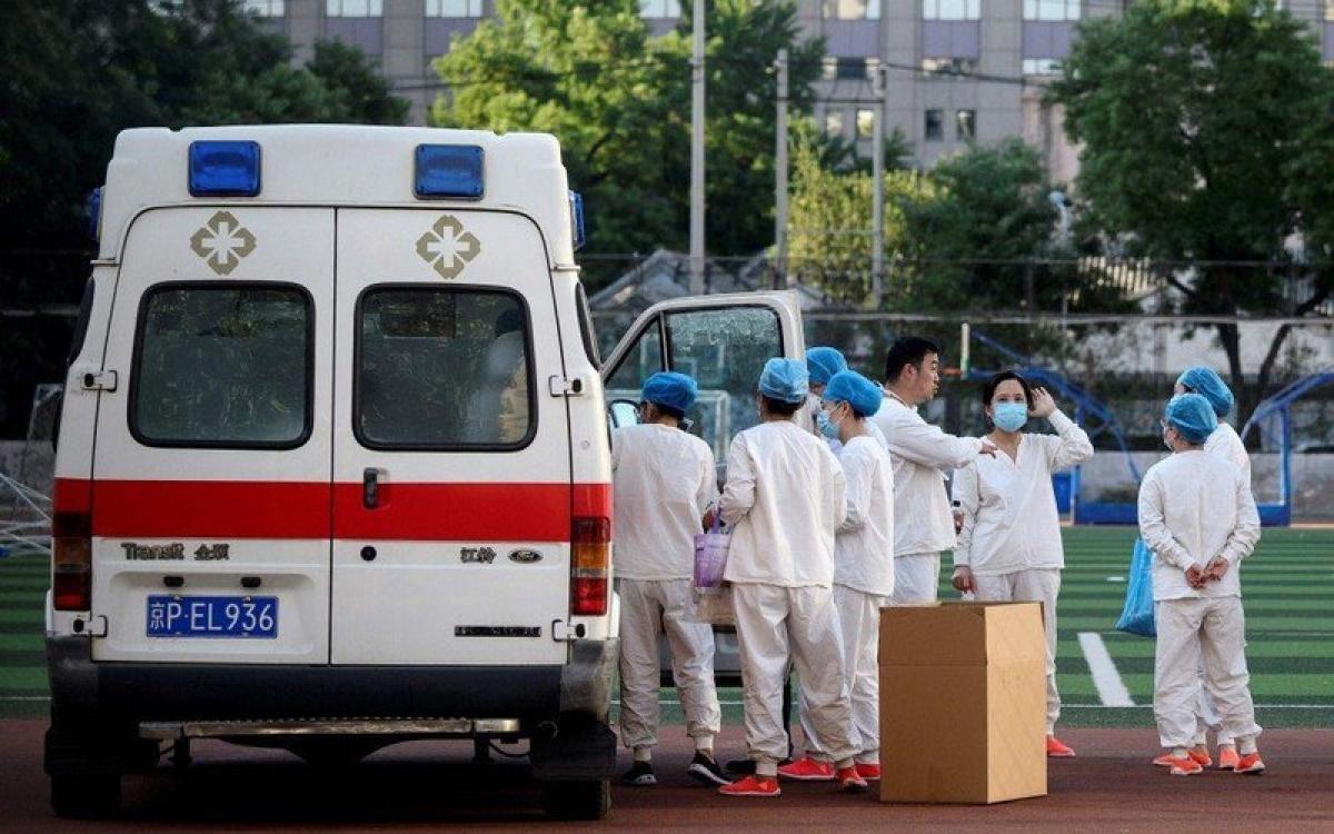 Nhân viên y tế Trung Quốc ứng phó với dịch Covid-19 ở Bắc Kinh. Ảnh: AFP.