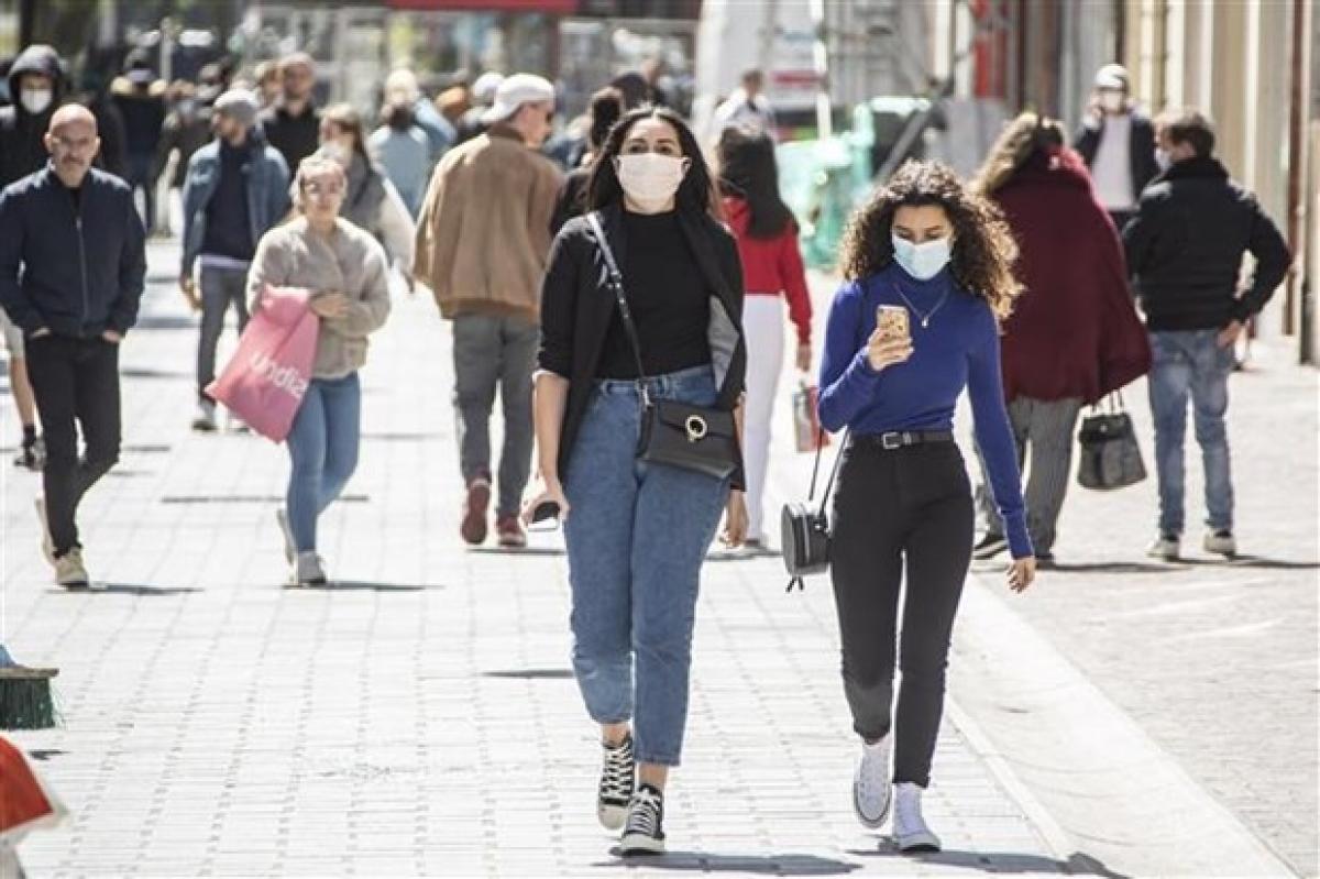 Người dân đeo khẩu trang phòng lây nhiễm Covid-19 tại Lille, Pháp. Ảnh: THX