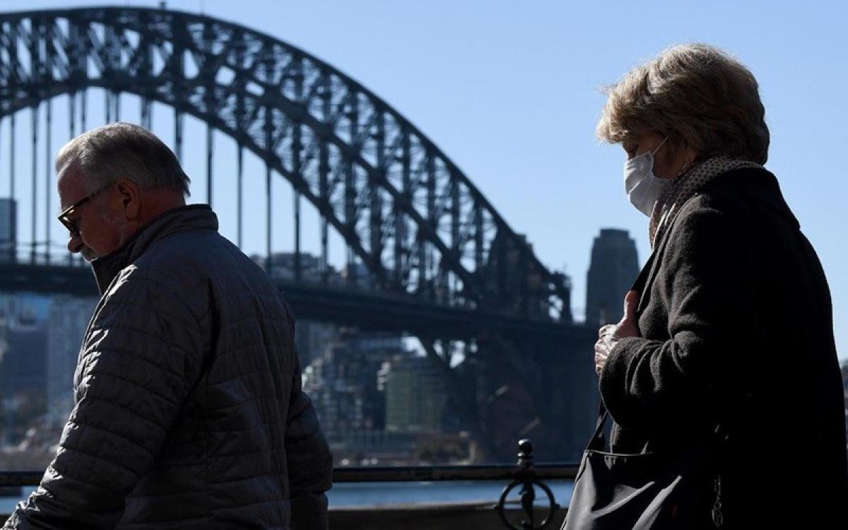 Một số người dân thành phố Sydney bắt đầu đeo khẩu trang khi ra ngoài đường. Ảnh: Bianca De Marchi.