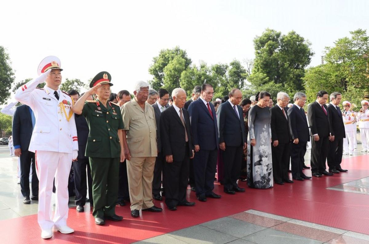 Tưởng niệm các Anh hùng Liệt sỹ tại Đài tưởng niệm các Anh hùng Liệt sỹ (đường Bắc Sơn, Hà Nội)