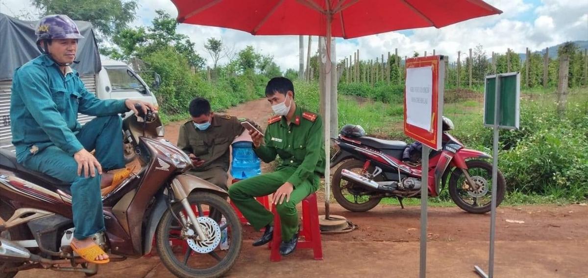 Đường vào làng Bông Hiot, xã Hải Yang, huyện Đăk Đoa được lập 4 chốt chặn kiểm soát phòng, chống bệnh bạch hầu.