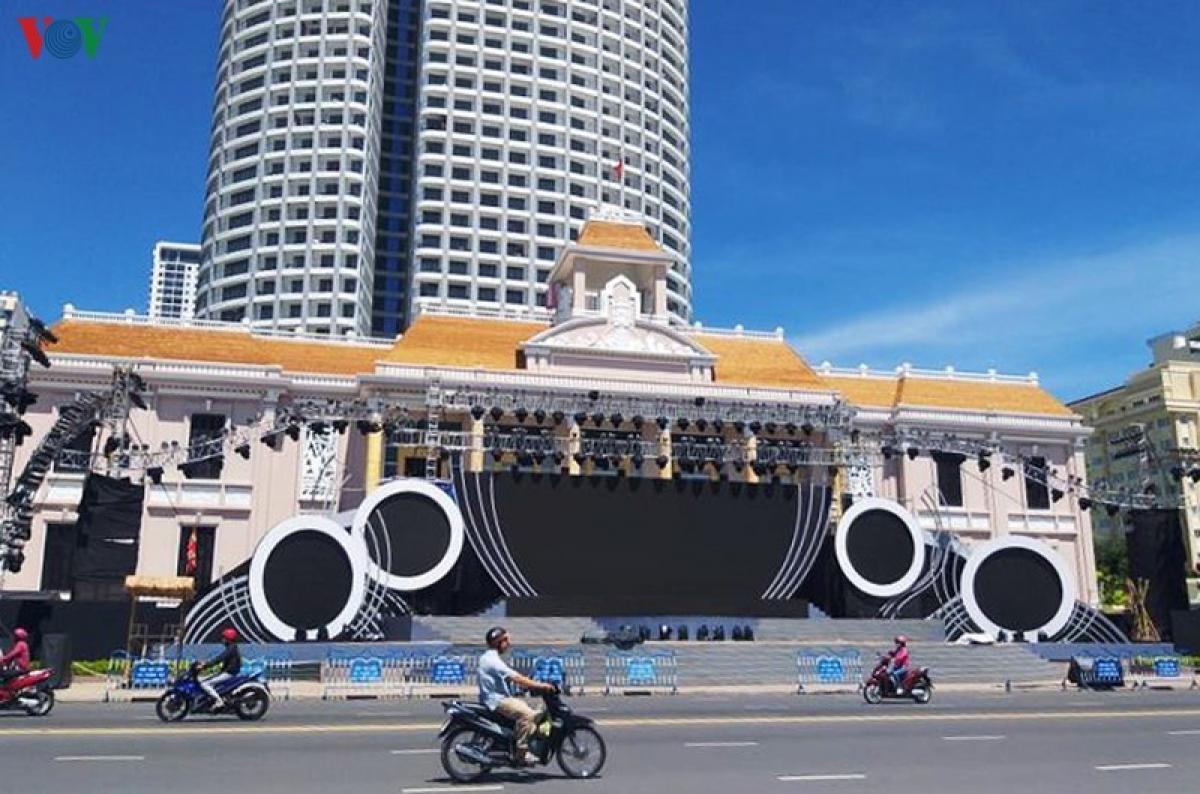 Sân khấu Lễ hội Văn hóa dân gian Khánh Hòa đã hoàn chỉnh tại Quảng trường 2/4.