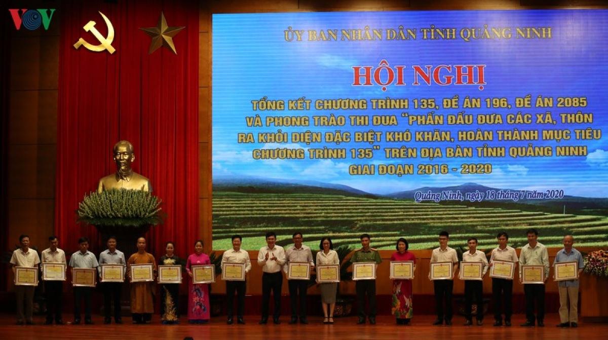 Hơn 200 tập thể, cá nhân có thành tích xuất sắc trong thực hiện chính sách đặc thù đưa các xã, thôn ra khỏi diện đặc biệt khó khăn, hoàn thành mục tiêu chương trình 135 đã được UBND tỉnh Quảng Ninh khen thưởng.