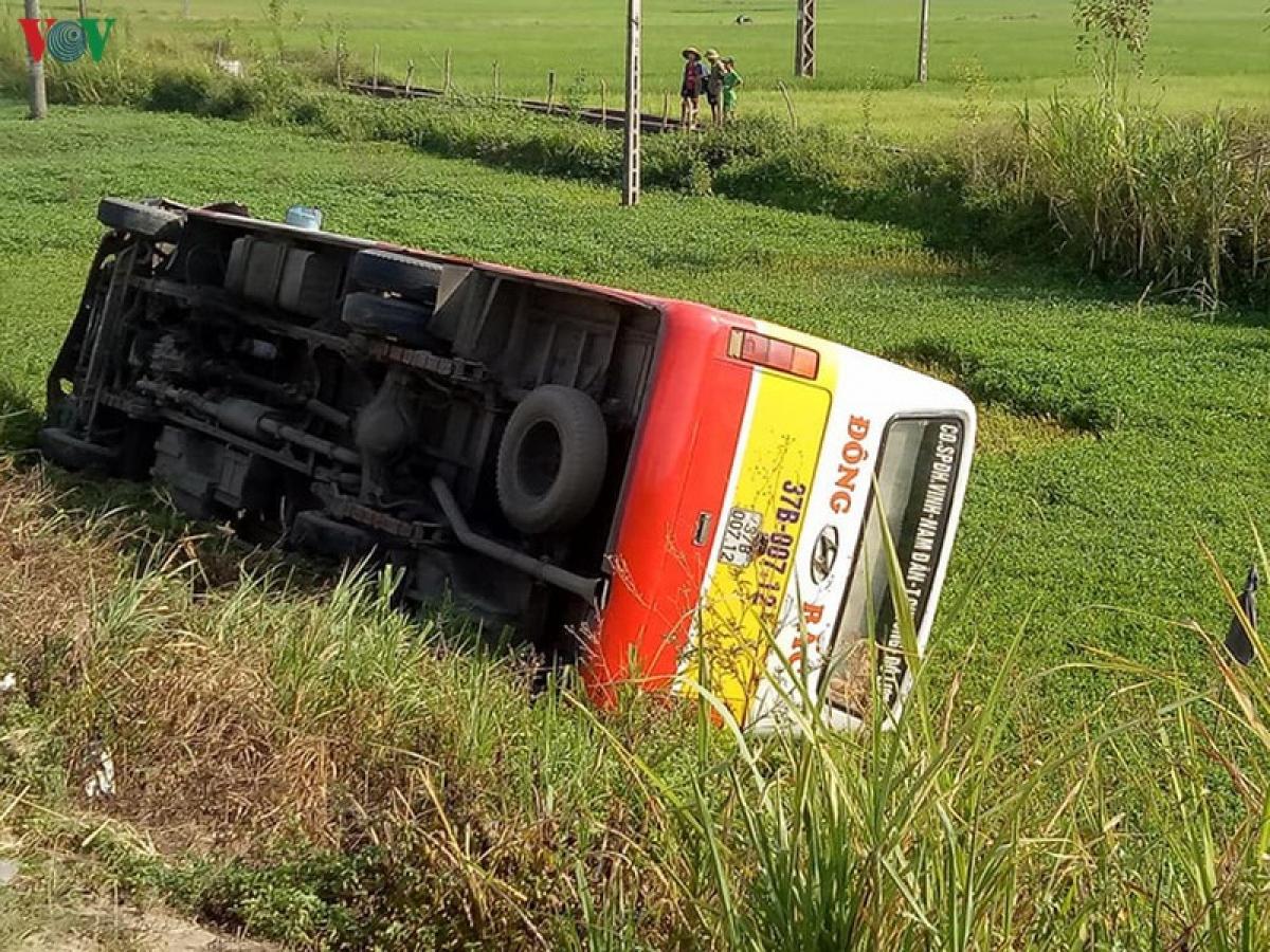 Xe buýt mất lái lao xuống ruộng bên đường rồi lật nghiêng sau cú va chạm.