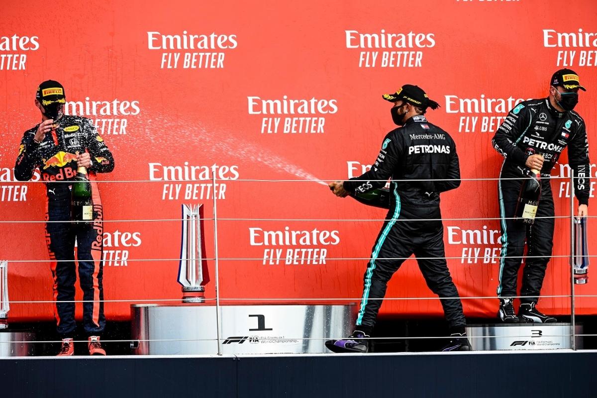Các tay đua mừng chiến thắng tại bục nhận giải – Max Verstappen, Lewis Hamilton và Valtteri Bottas.