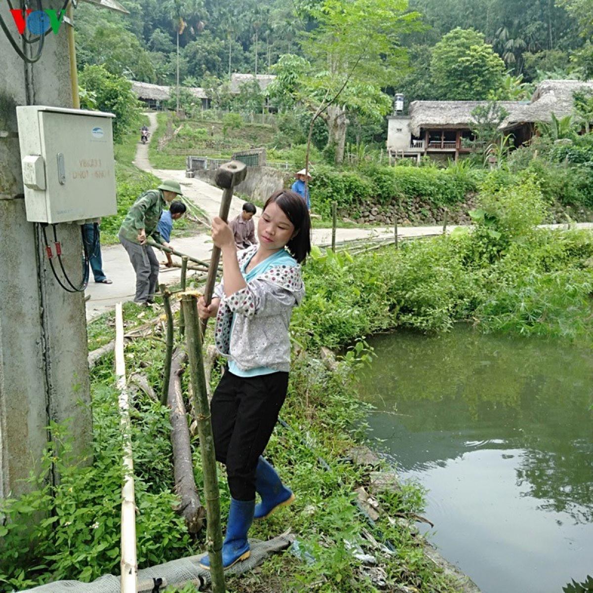 Một góc ao làng được bà con cùng nhau đóng cọc tre, rào chắn cẩn thận tránh những vụ việc đáng tiếc xảy ra.