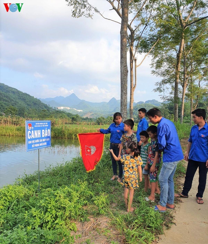 Huyện đoàn Lục cũng truyền, hướng dẫn trẻ em cách nhận biết các khu vực nguy hiểm. (ảnh một buổi tuyên truyền thực tế cho trẻ của đoàn TN xã Yên Thắng).
