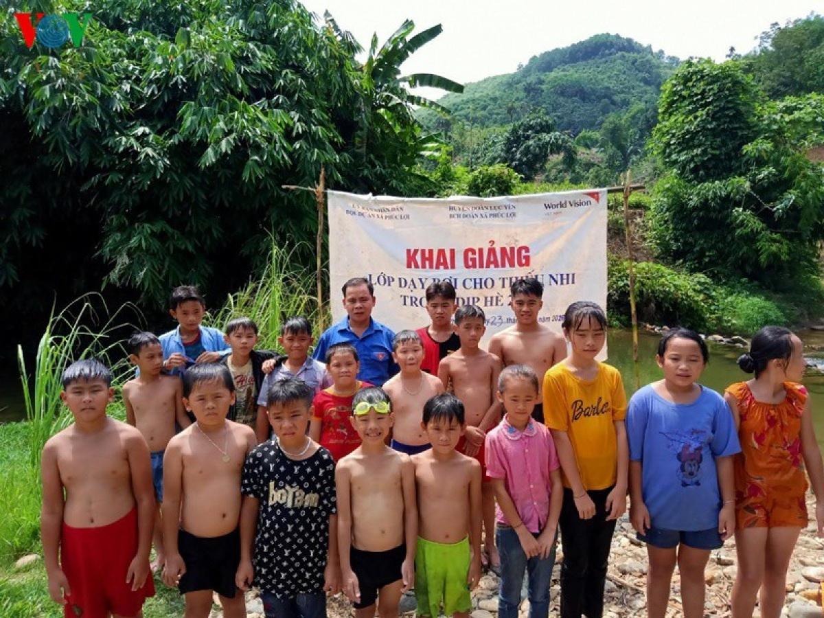 Dạy bơi cũng là một trong những giải pháp phòng chống đuối nước cho trẻ đang được triển khai tại tất cả các xã, thị trấn ở Lục Yên.