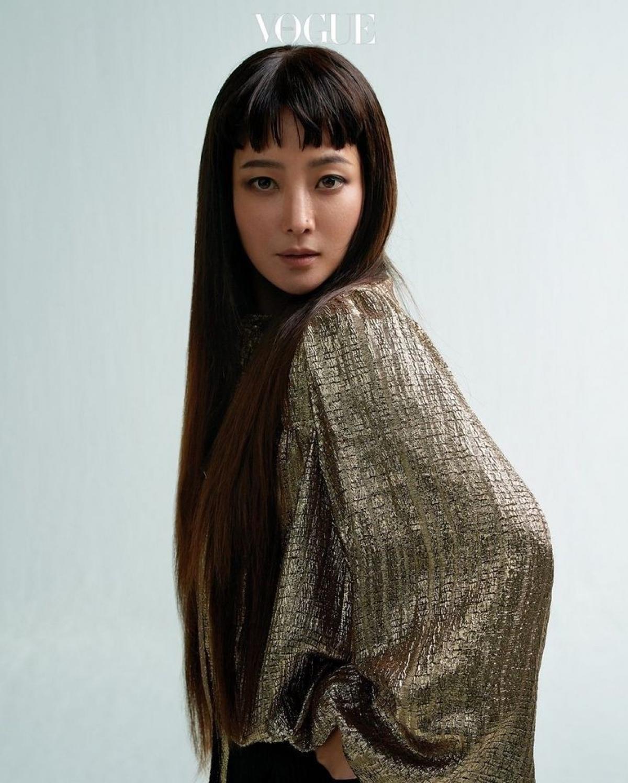 Ở tuổi 43, Kim Hee Sun vẫn khiến nhiều người ngưỡng mộ bởi vóc dáng thon gọn, gương mặt trẻ trung đầy thần thái trên bìa tạp chí Vogue. (VOV.VN)