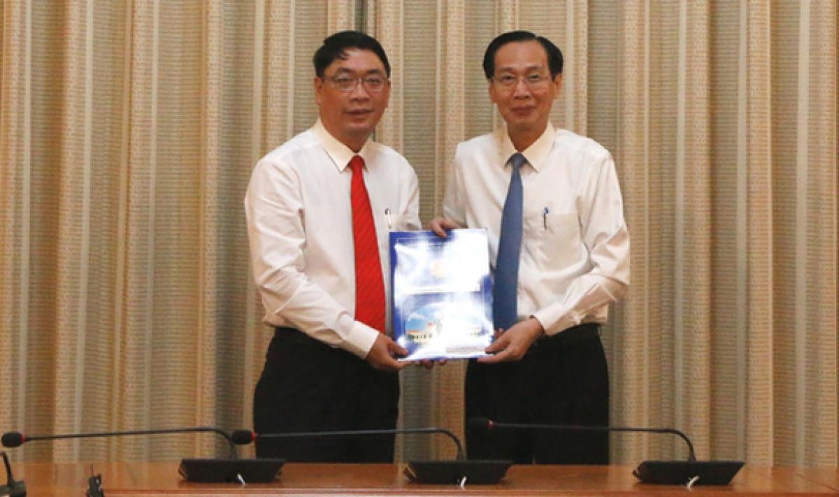 Ông Đinh Minh Hiệp nhận quyết định giữ chức giám đốc Sở Nông nghiệp và phát triển nông thôn TP.HCM - Ảnh: Trung Niên.