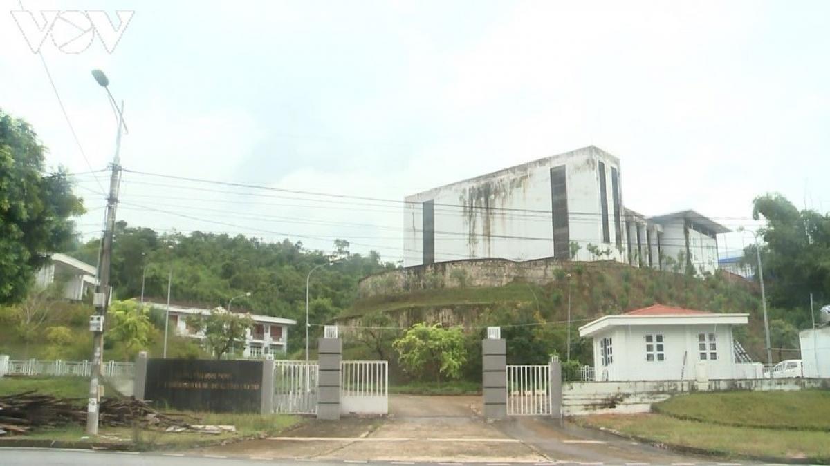 Ngay giữa khu đô thị - hành chính mới của thành phố Lào Cai vẫn có những trụ sở cơ quan Nhà nước bị bỏ hoang suốt thời gian dài.