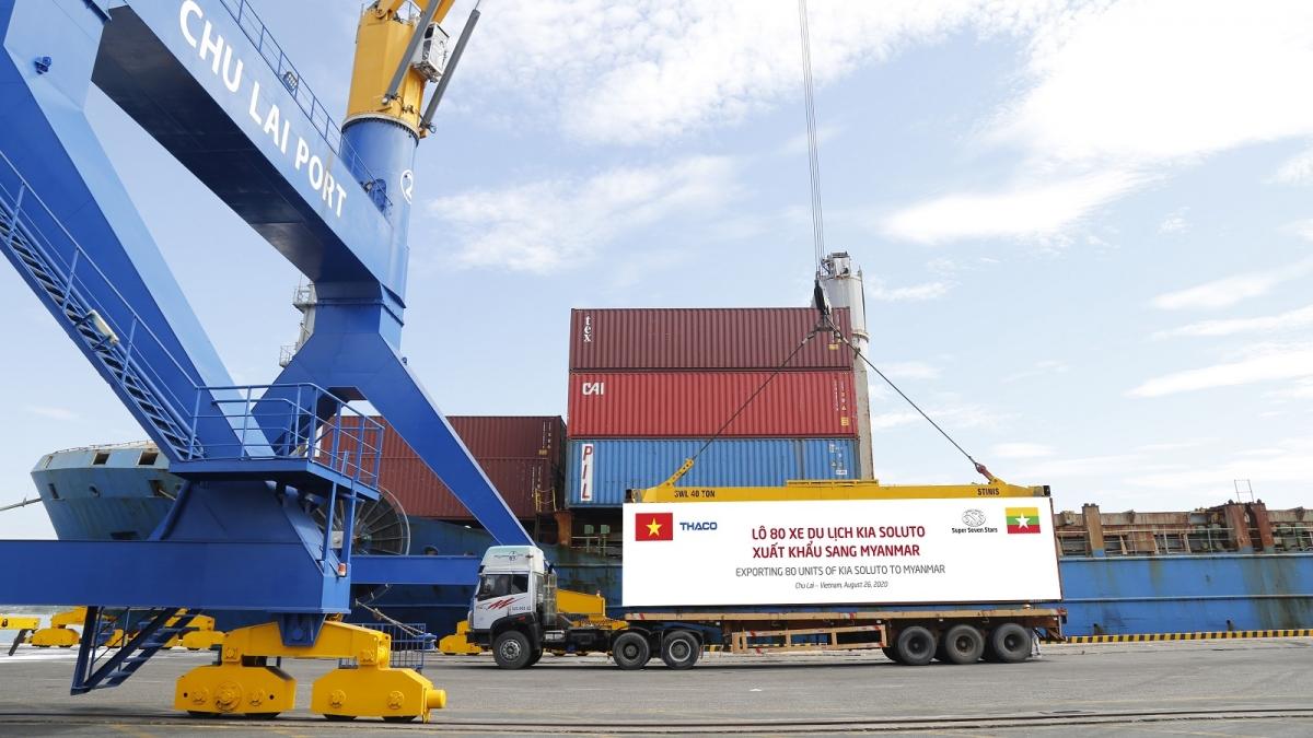 Container xe Kia Soluto được đưa lên tàu chuẩn bị xuất khẩu sang Myanmar
