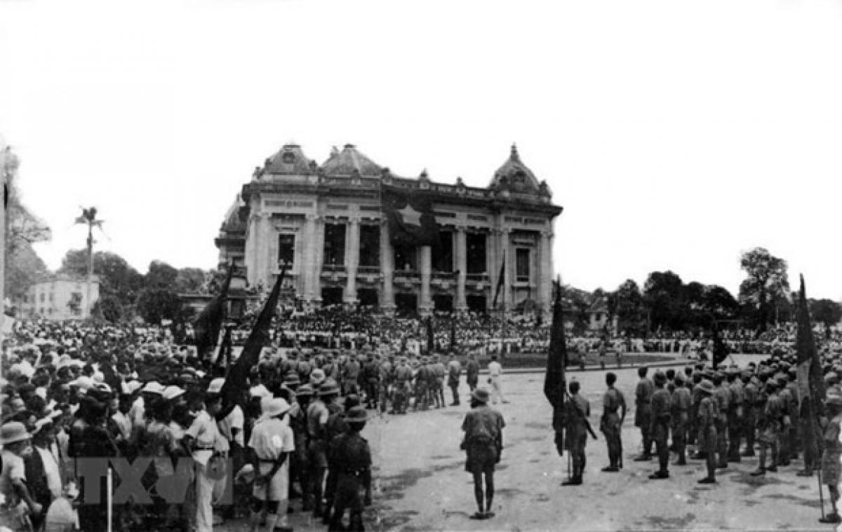 Những ngày Tháng Tám sôi sục ở Thủ đô Hà Nội. Cách mạng Tháng Tám mở ra một thời đại mới ở Việt Nam, thời đại nhân dân Việt Nam làm chủ đất nước, làm chủ vận mệnh của chính mình. (Ảnh: Tư liệu/TTXVN)