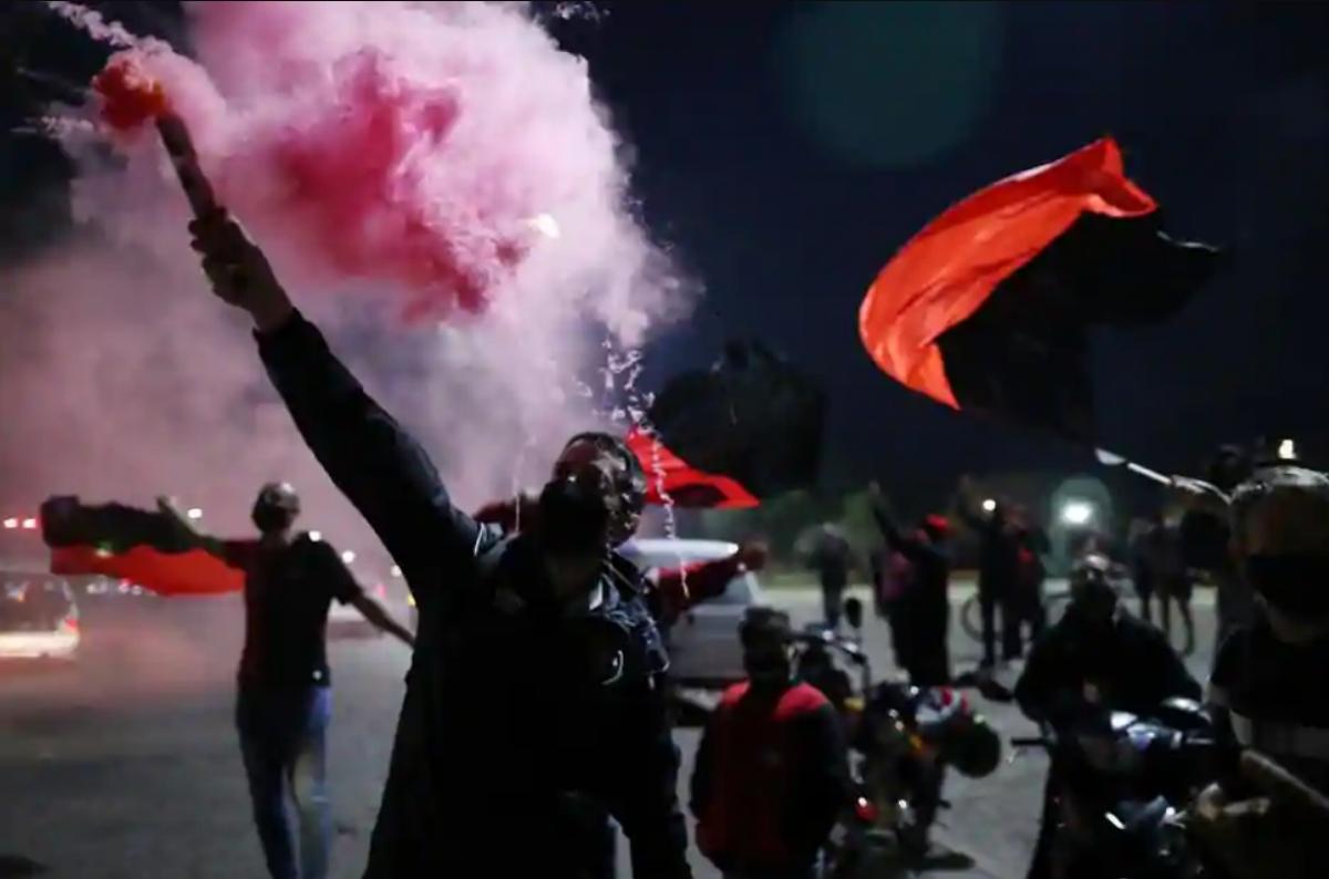 Các CĐV mang theo biểu ngữ, cùng hình ảnh Messi đã vây kín các con đường ở thành phố Rosario vào tối 27/8 (giờ Argentina)