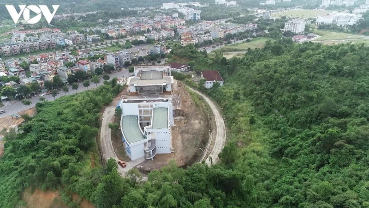 Đầu tiên phải kể đến công trình Trung tâm thanh thiếu niên tỉnh Lào Cai nằm trên mặt đường 30/4, phường Bắc Lệnh, gần quảng trường trung tâm tỉnh. Khởi công từ hè năm 2012, trên diện tích 3.000m2, tựa lưng vào cả vùng đồi rừng rộng lớn.
