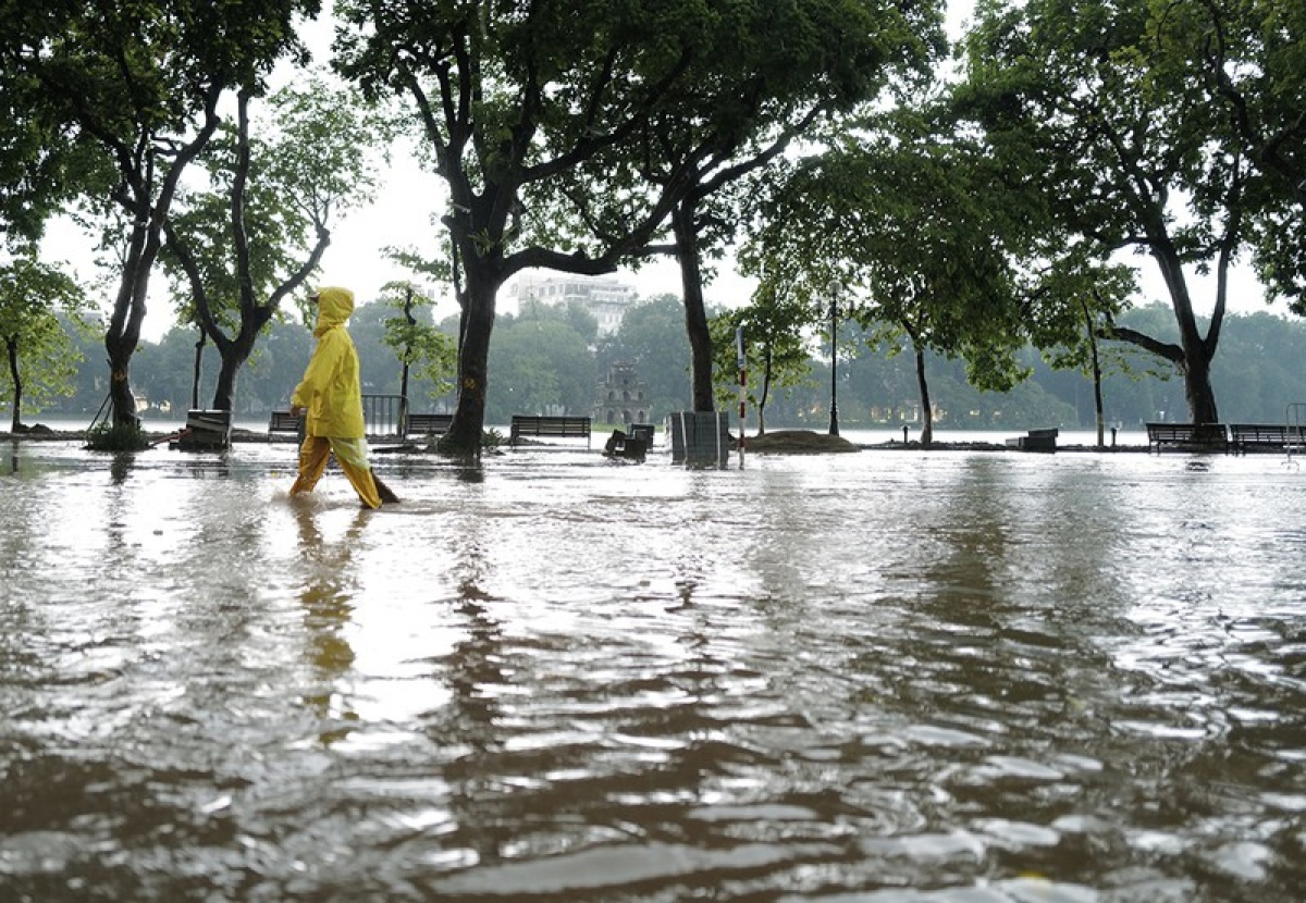 Mưa ngập ở Hồ Gươm, Hà Nội. Ảnh - Ngọc Thành/Vnxpress.