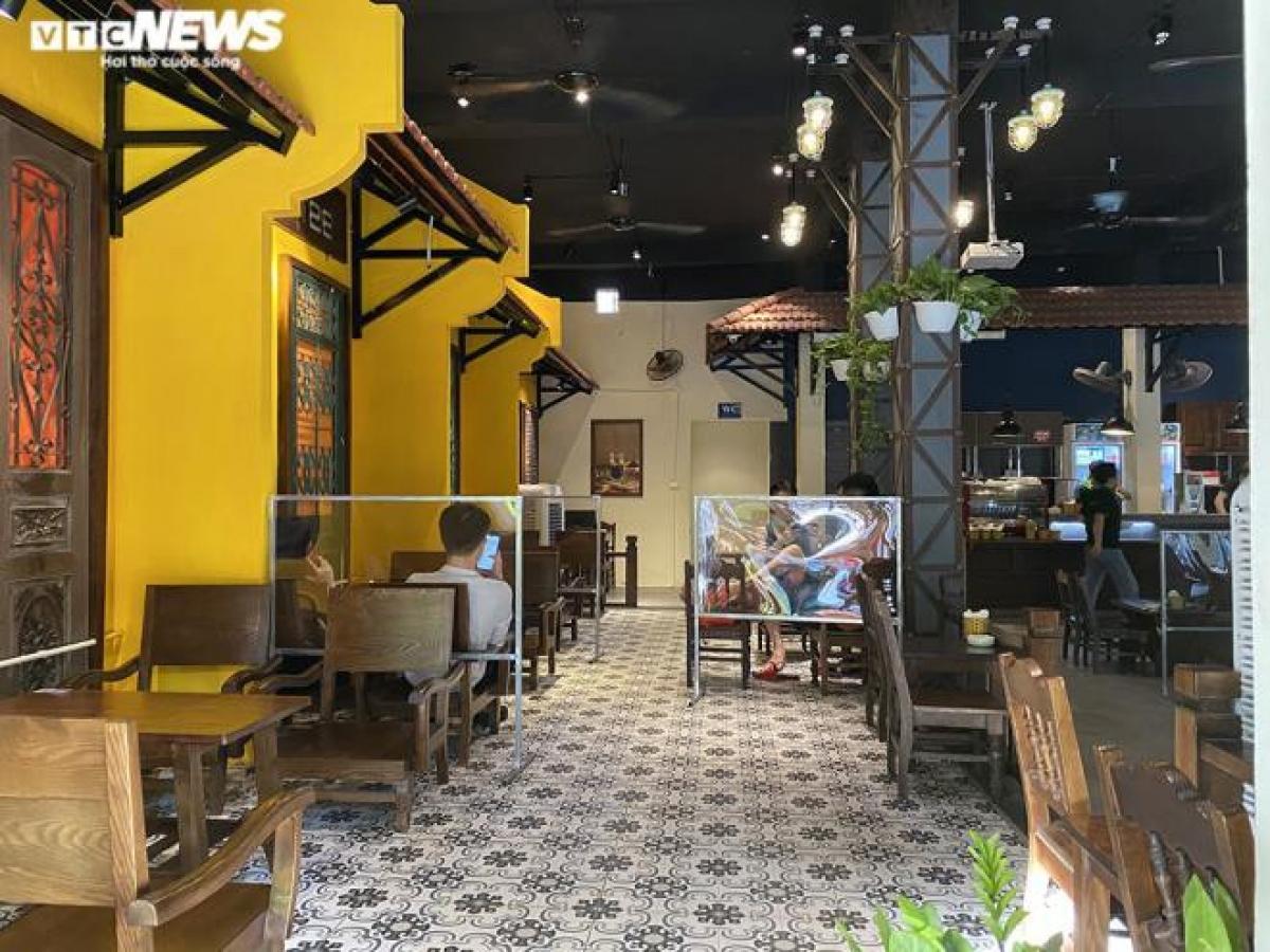 Những tấm chắn ngăn giọt bắn trước đây chỉ được áp dụng ở vài quán ăn, quán phở thì nay được nhân rộng đến cả các quá cà phê và được thiết kế lại cho phù hợp với không gian.