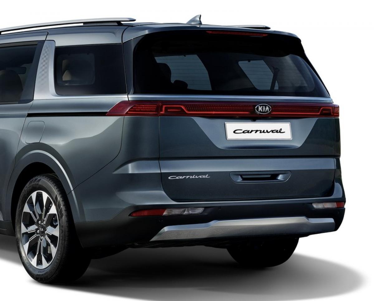 Những thay đổi về thiết kế tiếp tục ở phía sau với dải đèn chạy ngang đuôi xe, và tấm ốp cản sau kim loại lấy cảm hứng từ SUV. Khách hàng tại Hàn Quốc sẽ được lựa chọn trong 8 màu sắc ngoại thất, cũng như loạt la-zăng nhôm thiết kế kích cỡ 17, 18 và 19 inch.