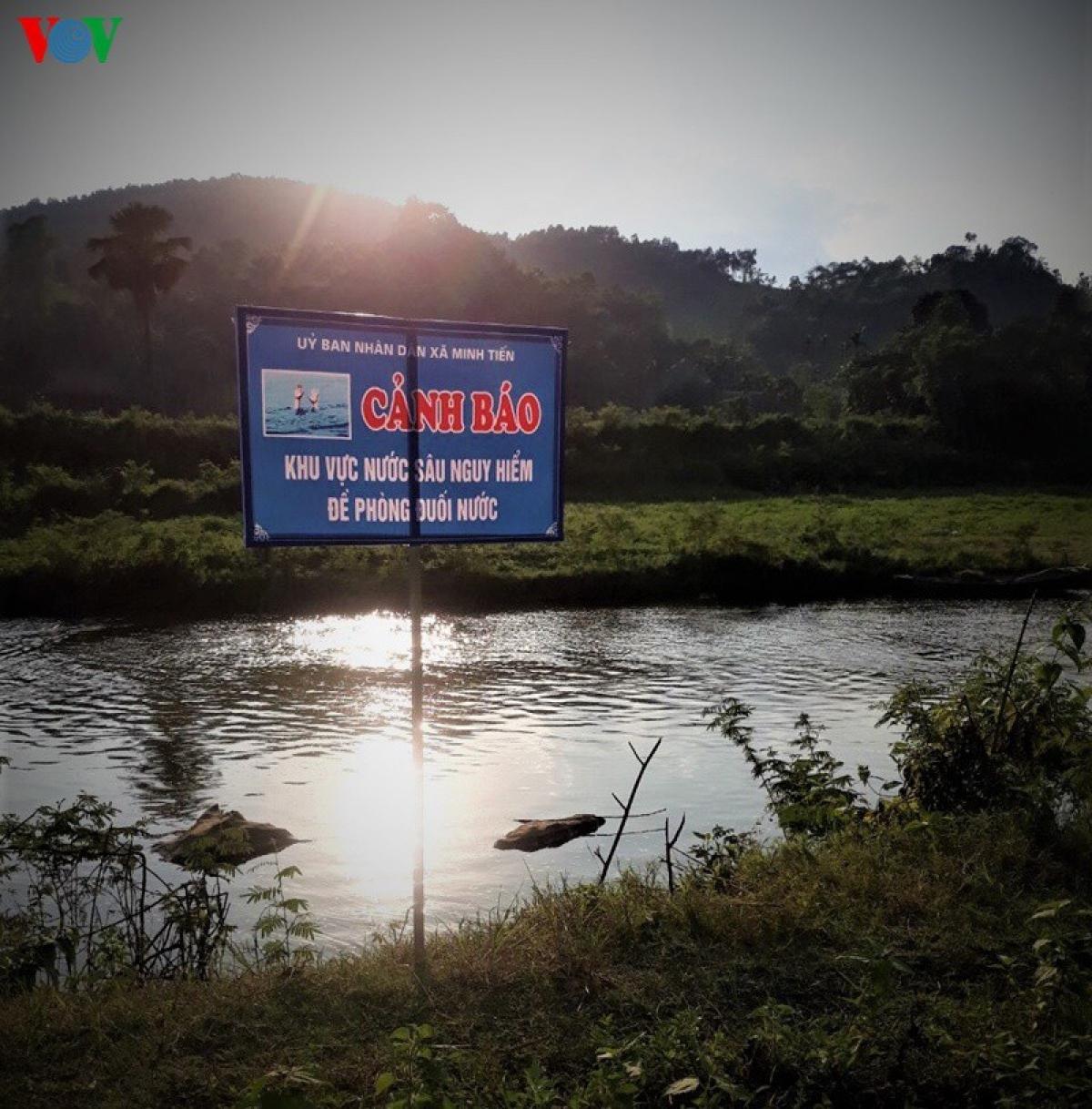 Khu vực nước sạch nhưng nguy hiểm ở xã Minh Tiến được cắm biển cảnh báo đề phòng đuối nước.
