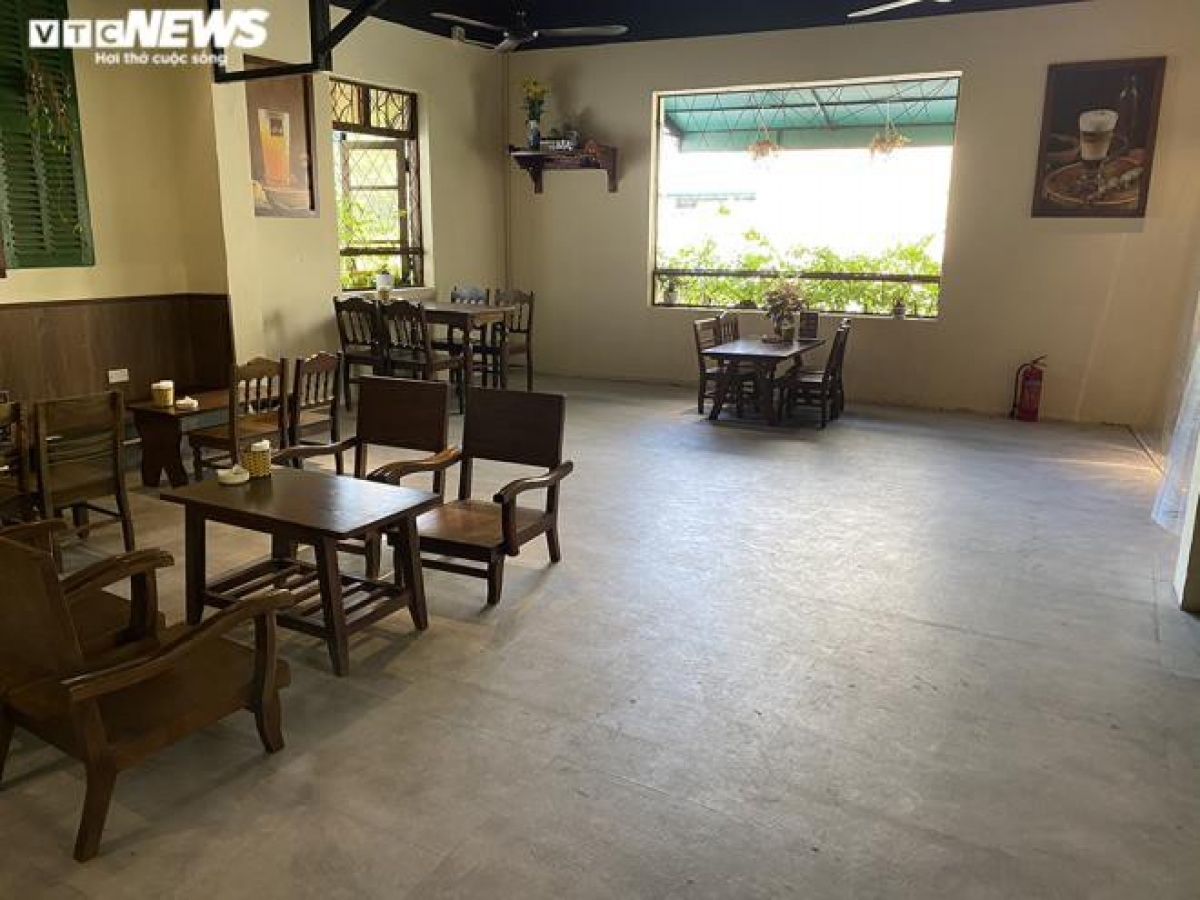 Với ưu thế có không gian rộng, một cửa hàng trên phố Triệu Việt Vương (quận Hai Bà Trưng) sắp xếp các bàn cách xa nhau, đảm bảo giữ đúng khoảng cách an toàn.